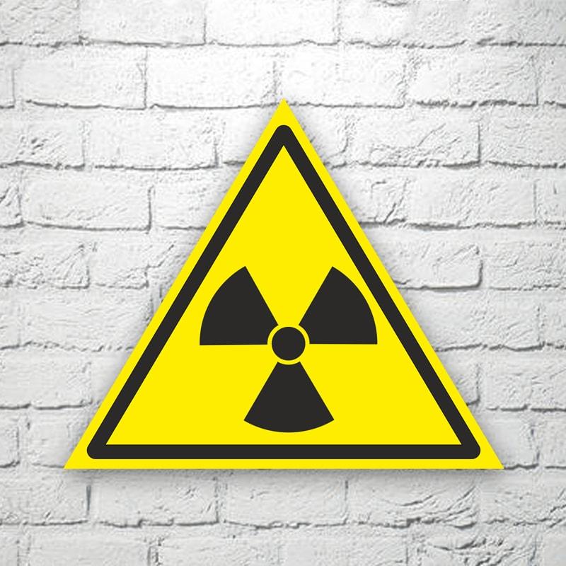 Табличка Опасно. Радиоактивные вещества или ионизирующее излучение 22х19 см (код 90601)