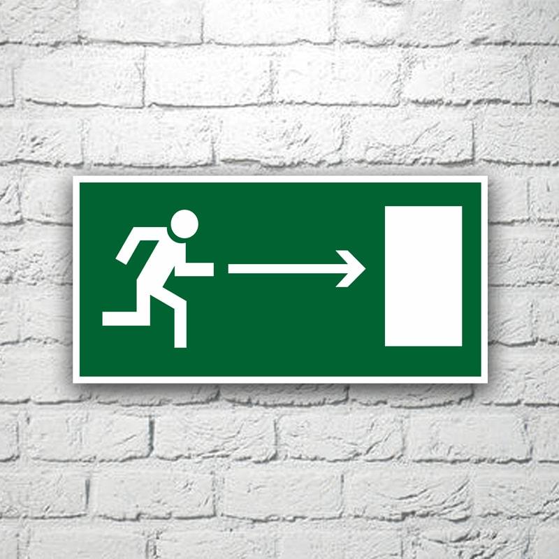 Знак Направление к эвакуационному выходу (направо) 30х15 см (код 90517)