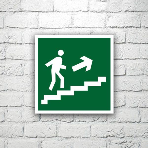 Знак Направление к эвакуационному выходу (по лестнице вверх направо) 15х15 см (код 90514)