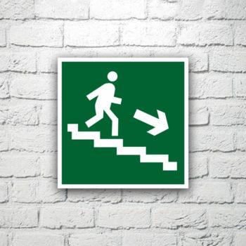 Знак Направление к эвакуационному выходу (по лестнице вниз направо) 15х15 см (код 90516)